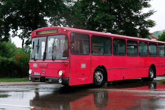 Oldtimerbus aus Offenburg bringt Fahrgäste zur Sauschwänzlebahn