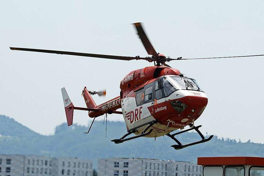 Mit einem Rettungshubschrauber wurde d...immermann in ein Krankenhaus geflogen.  | Foto: Patrick Seeger
