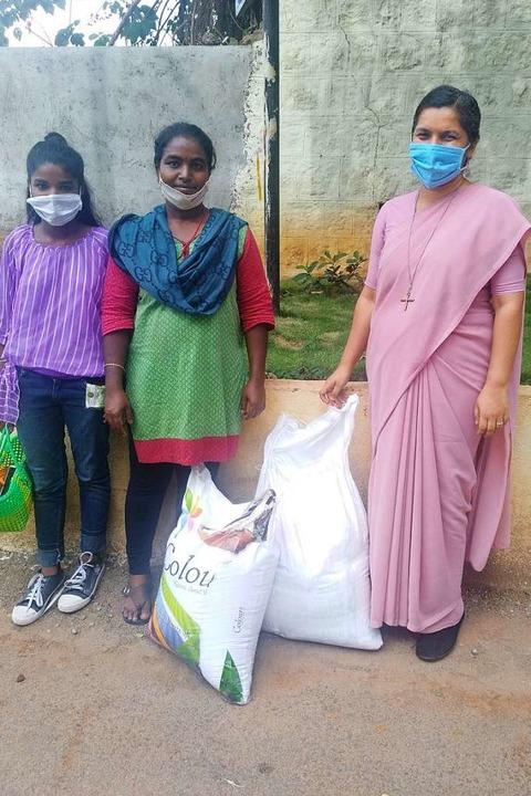Mit Hilfe des Oberrimsinger Lucy-Hilfs...e Ration muss für einen Monat reichen.    Foto: Holy Cross Sisters India