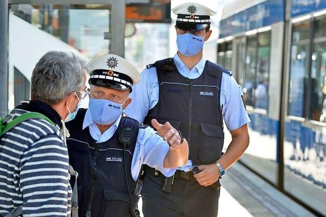 Fotos: Beamte kontrollieren Einhaltung der Maskenpflicht im Nahverkehr