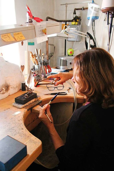 Goldschmiedin Susanne Altmiks bei der Arbeit  | Foto: Annika Sindlinger