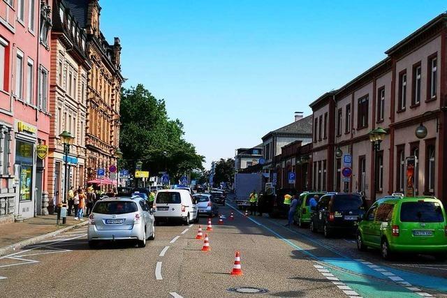 Rückstau am Bahnhof: Polizei kontrolliert mit starken Einsatzkräften das Taxi- und Mietwagengewerbe