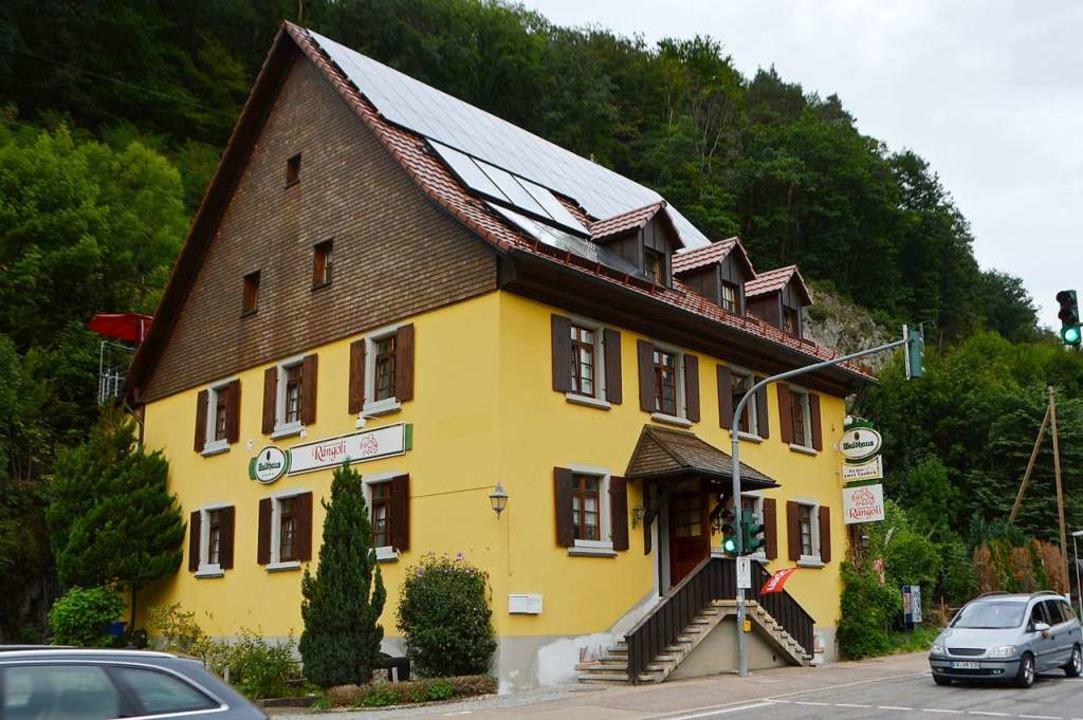Das Gasthaus an der Bundesstraße in Falkensteig heißt nun Rangoli.  | Foto: Horatio Gollin