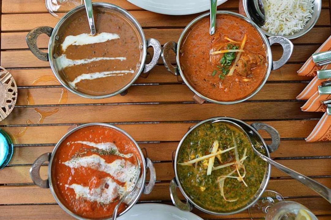 Oben: Daal aus schwarzen Linsen und La...en und Palak Paneer (Spinat mit Käse).  | Foto: Horatio Gollin
