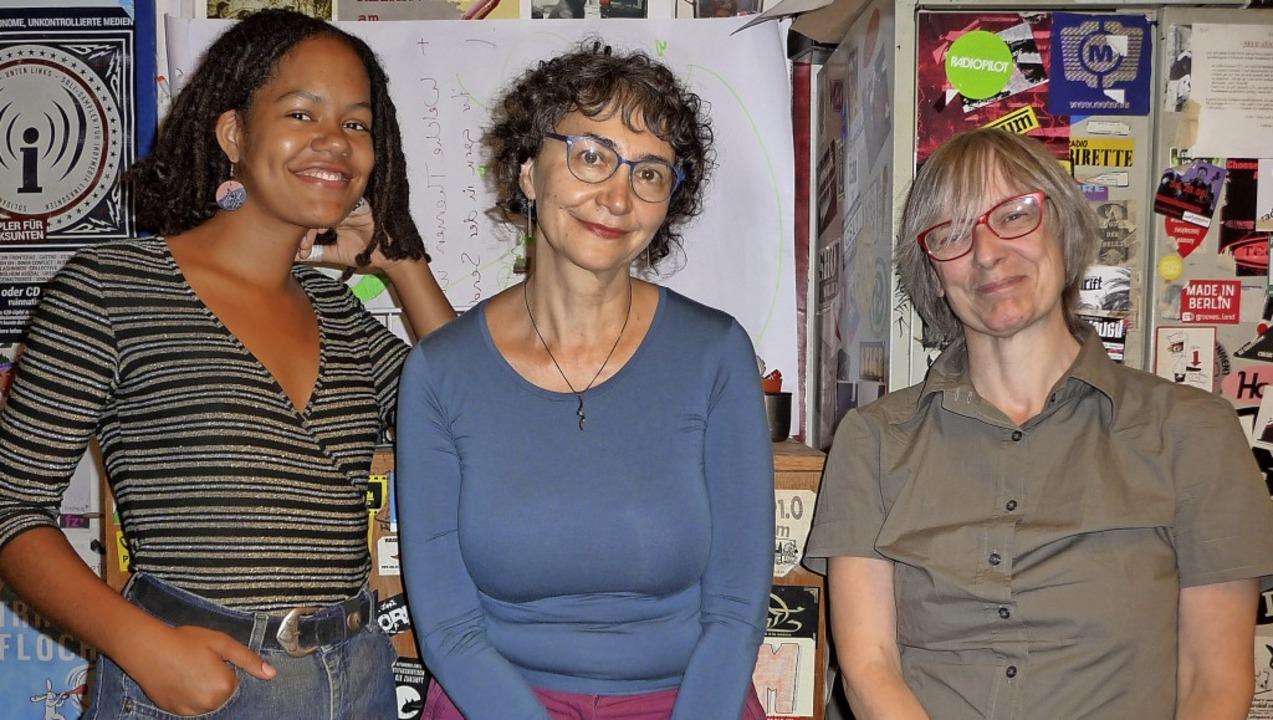 Drei aus dem Team der In-Zeitung: frei... Balon und Redakteurin Barbara Peron.   | Foto: Katja Rußhardt