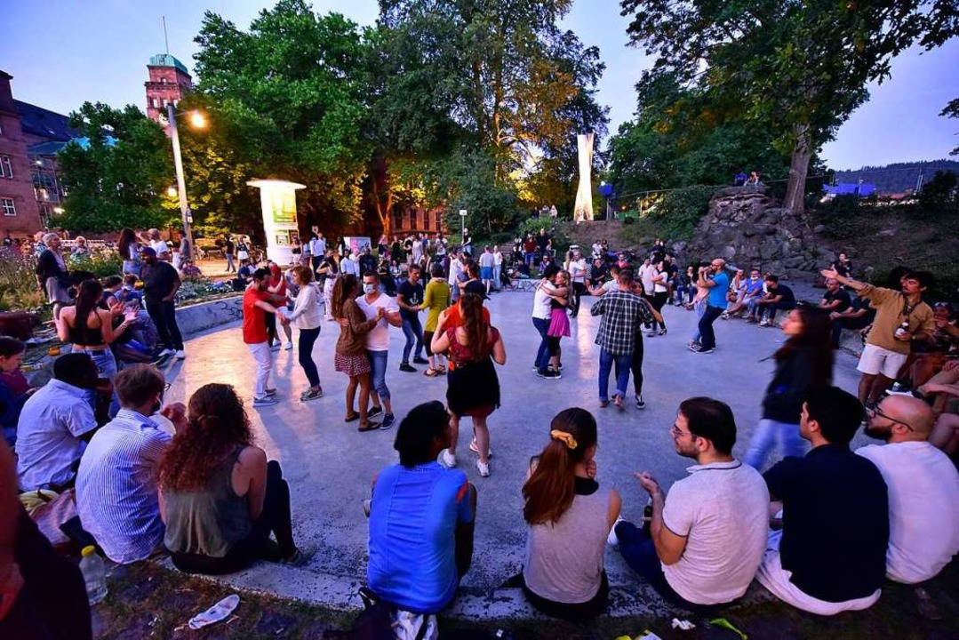 Im Tanzbrunnen an der Mensa Rempartstraße an einem Sommerabend im Juli.  | Foto: Thomas Kunz