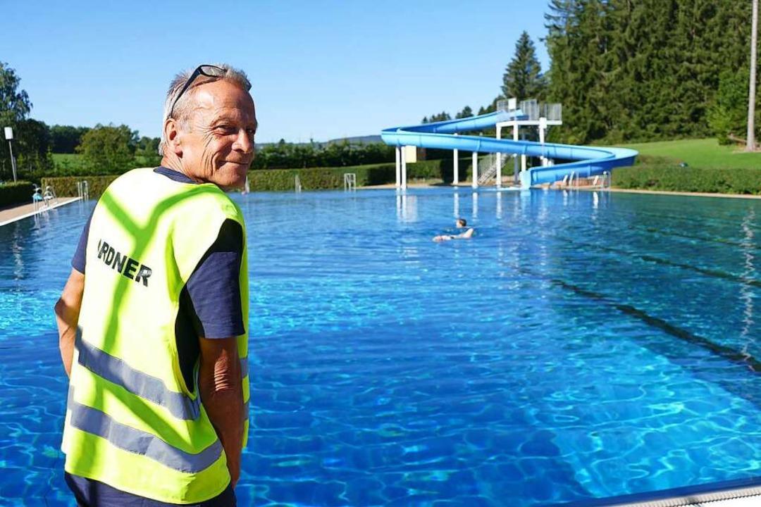 Martin Tietze bei seinem Dienst im Waldbad.  | Foto: Tanja Bury