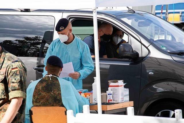 Französische Soldaten helfen bei Corona-Teststelle in Neuenburg