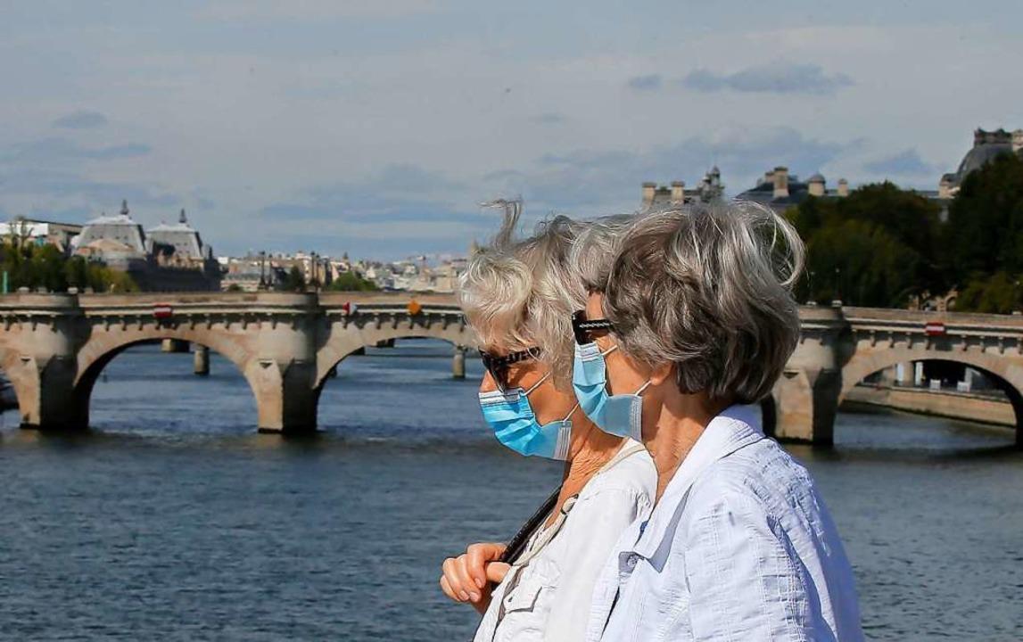 In Paris gilt Maskenpflicht auch im Freien.  | Foto: Michel Euler (dpa)