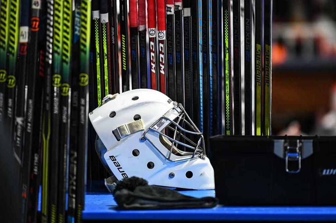 Wann kommen   Torhütermaske und Schläger im Eishockey wieder zum Einsatz?  | Foto: Patrick Seeger