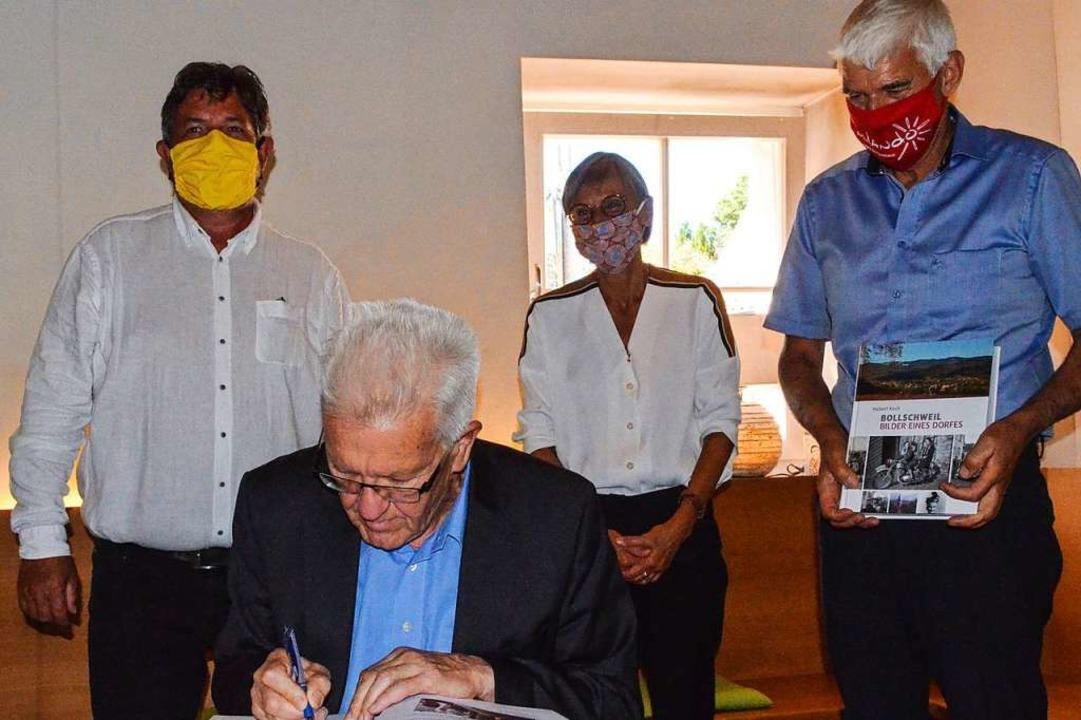 Auf die Bitte von Bürgermeister Josef ...ene Buch der Gemeinde Bollschweil ein.    Foto: Gabriele Hennicke