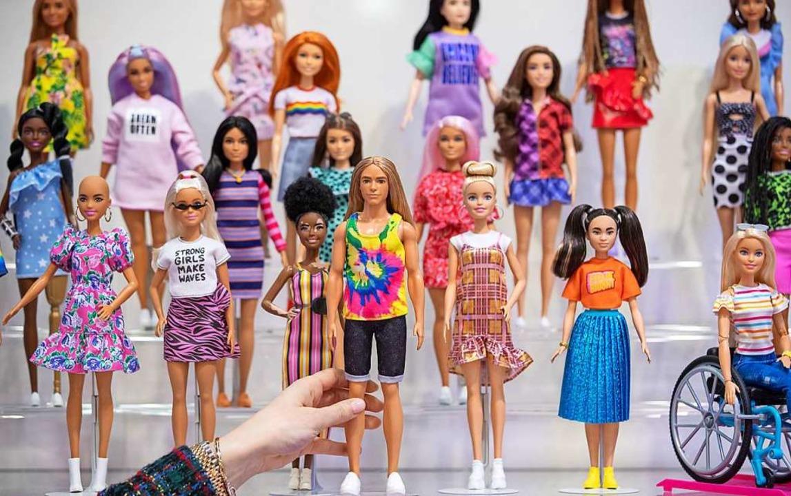 Barbie-Puppen der Linie Fashionistas des  US-Herstellers Mattel.  | Foto: Daniel Karmann (dpa)