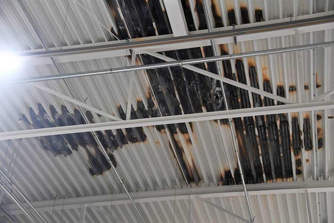 Brandschaden am Dach des Globus Baumarktes in Müllheim.  | Foto: Volker Münch