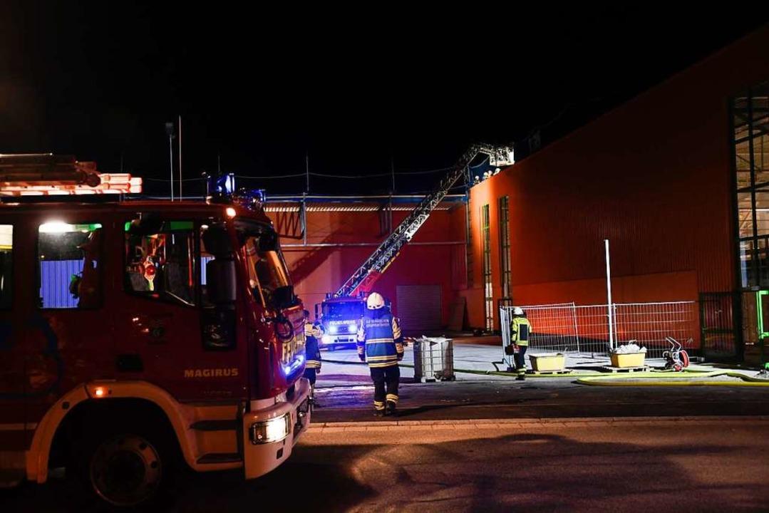 Hohe Flammen schlugen aus dem Flachdac...tte den Brand schnell unter Kontrolle.  | Foto: Volker Münch