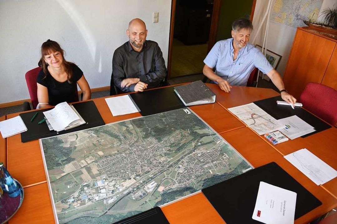 Stadtbau-Mitarbeiterin Melissa Dopf, P...Karte des künftigen Sanierungsgebiets.  | Foto: Robert Bergmann