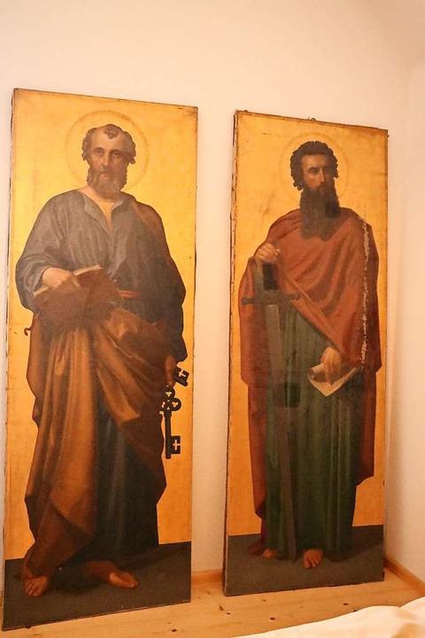 Die Gemälde der Kirchenpatrone Petrus und Paulus sind erheblich beschädigt.  | Foto: Martha Weishaar