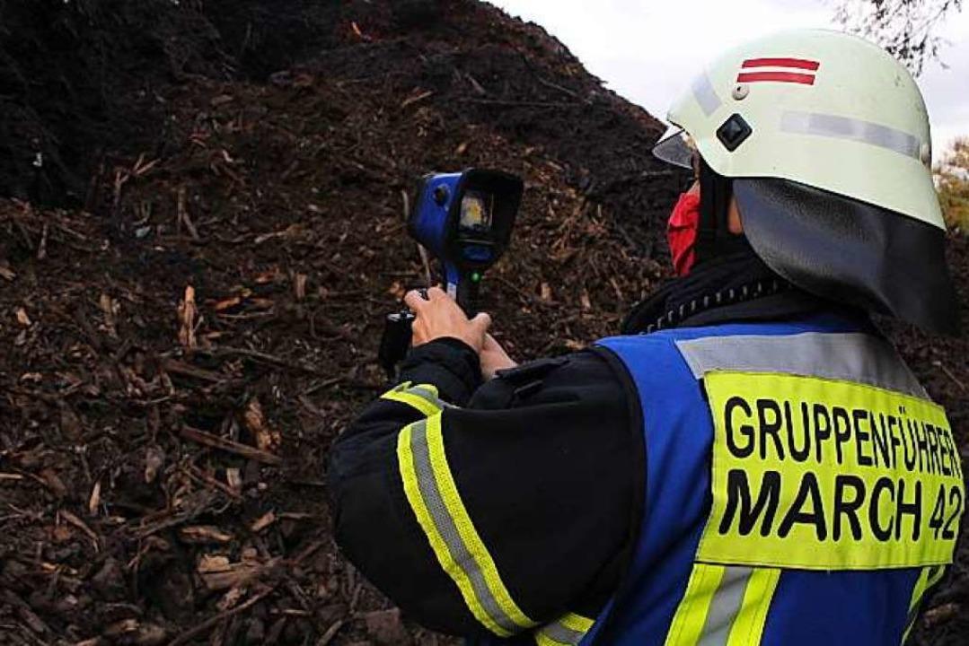 Der Brand eines großen Holz-Erdhaufens...cher Feuerwehr am Freitag und Samstag.    Foto: Feuerwehr March