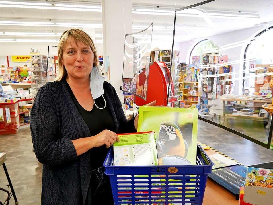 Marlene Müller-Hauser mit einem fertig gerichteten Schullisten-Korb.    Foto: Eva Korinth