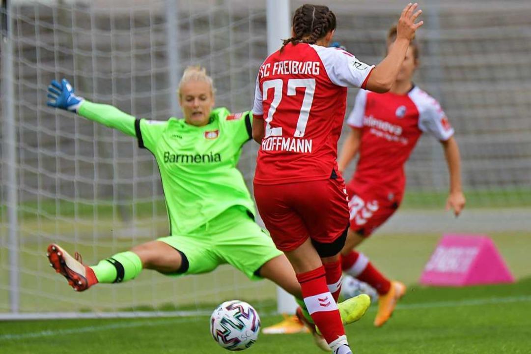 Giovanna Hoffmann gegen Leverkusens Torfrau Anna Klink  | Foto: Achim Keller