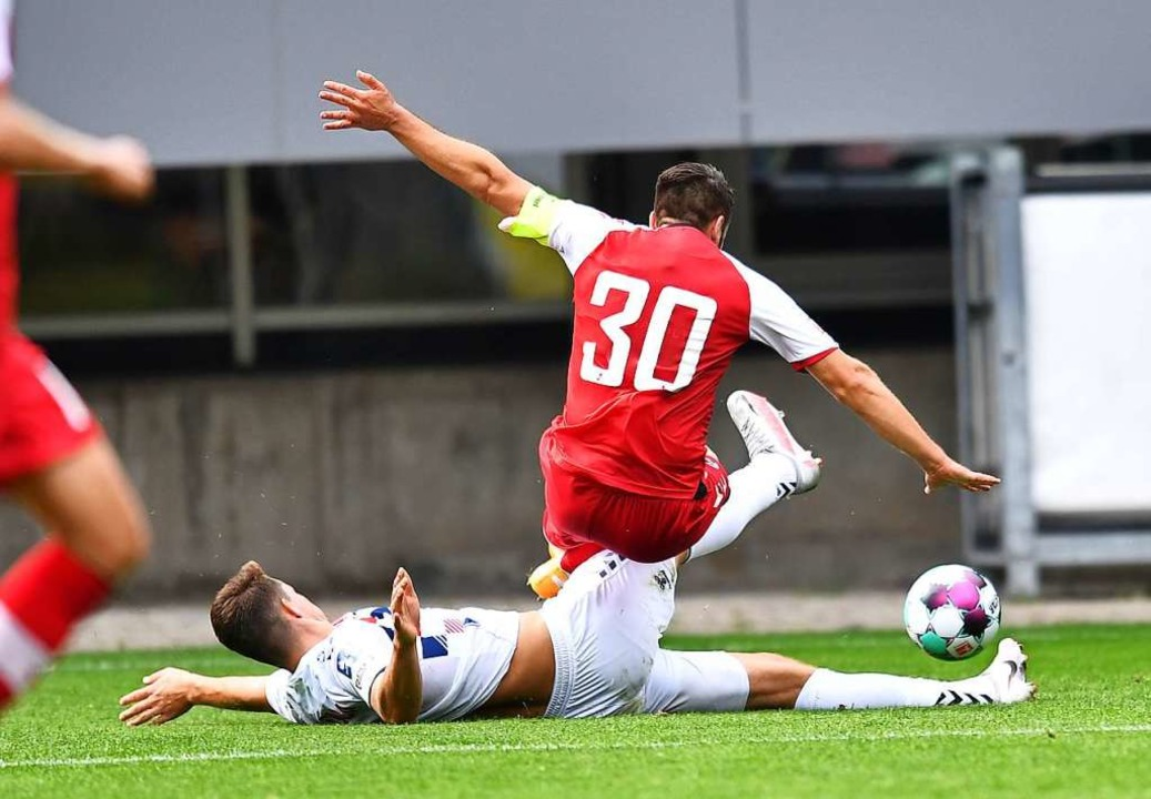 Krzysztof Kubica kämpft mit SC-Kapitän...stian Günter (Nummer 30)  um den Ball.    Foto: Achim Keller/SC Freiburg