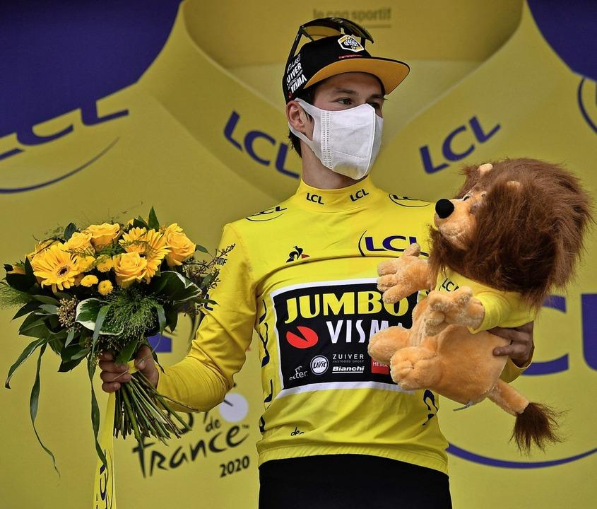 Ex-Skispringer Primoz Roglic präsentie...Maske und Maskottchen im Gelben Trikot  | Foto: MARCO BERTORELLO (AFP)