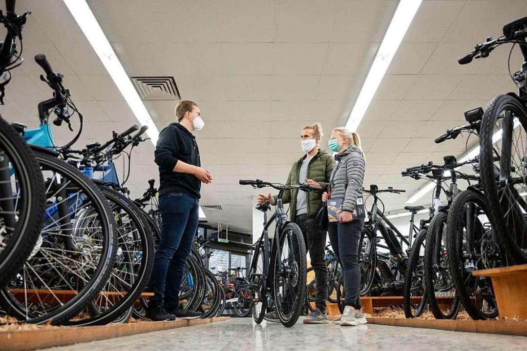 Ansturm auf Räder: Der Fahrradhandel e... der Pandemie einen Boom (Symbolbild).  | Foto: Marijan Murat (dpa)