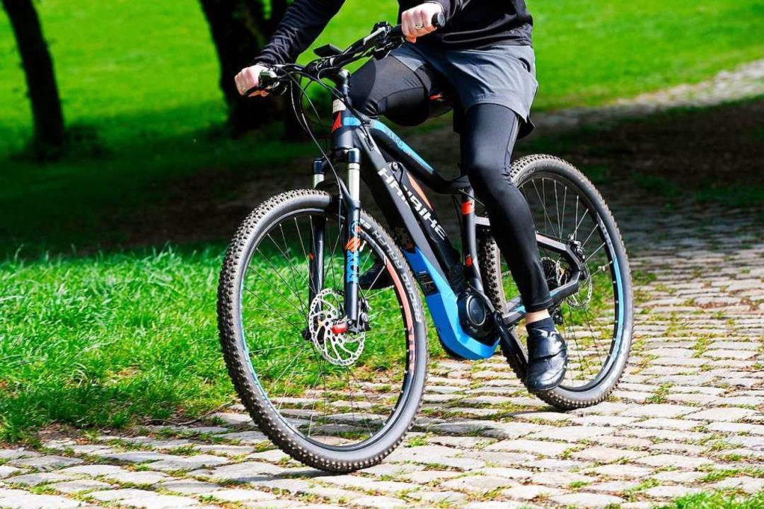 E-Bikes erfreuen sich großer Nachfrage...ätzen die Bequemlichkeit (Symbolbild).  | Foto: Tobias Hase (dpa)