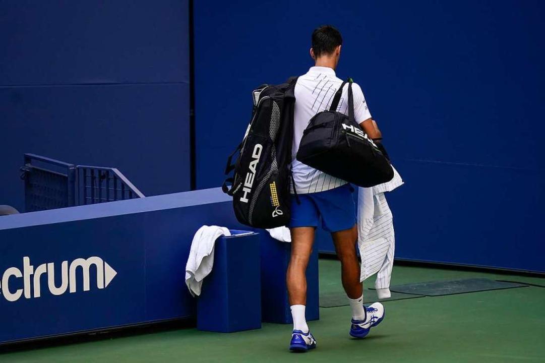 Die Nummer 1 geht vom Platz: Novak Djokovic nach seiner Disqualifikation.    Foto: Seth Wenig (dpa)