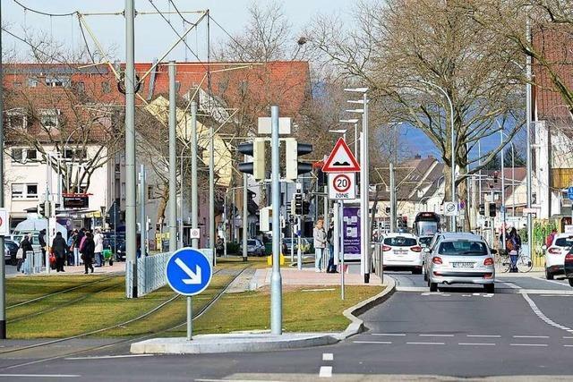 Autofahrer flüchtet nach Unfall in Freiburg – und lässt Nummernschild-Abdruck zurück