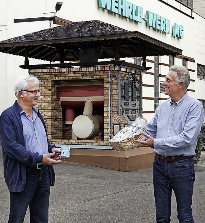 Wolfgang Schumacher  gratuliert Herman...links) zum 50-jährigen Firmenjubiläum.  | Foto: Wehrle-Werk