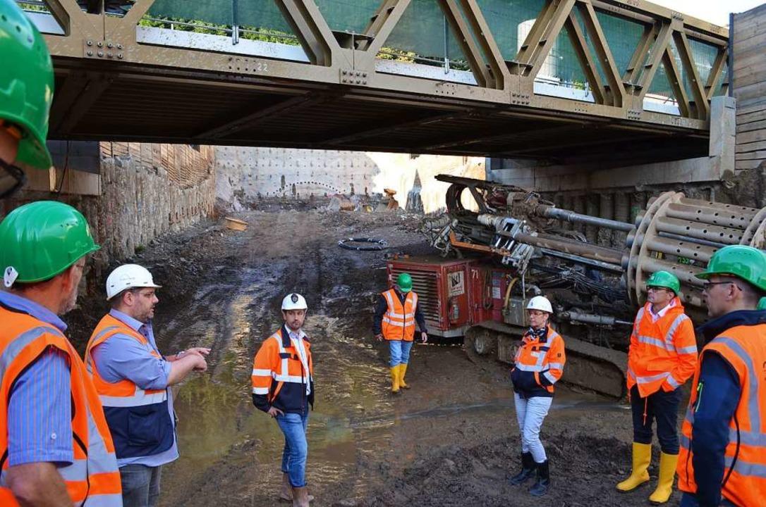 Tunnelbauleiter Michael Drumbl und Arg...ischen hohe, gesicherte Anschlagswand.  | Foto: Nikolaus Bayer
