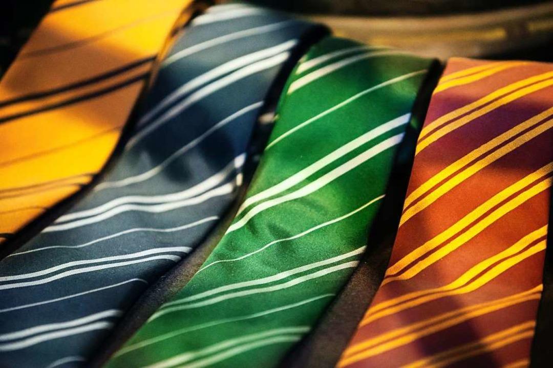 Die Krawatte ist quasi als Standardaus...lten der Sparkasse inzwischen obsolet.  | Foto: Rhii Photography (Unsplash)