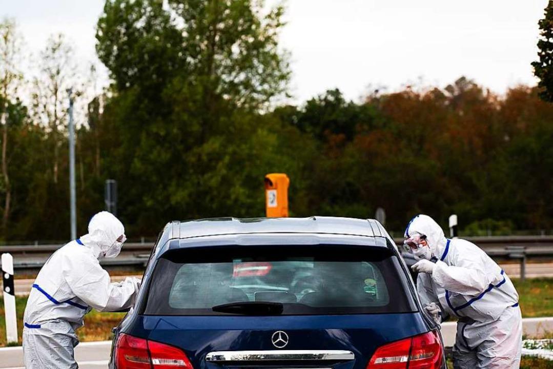 Rückkehrer im Auto können sich unter a...Ost auf das Coronavirus testen lassen.  | Foto: Philipp von Ditfurth (dpa)