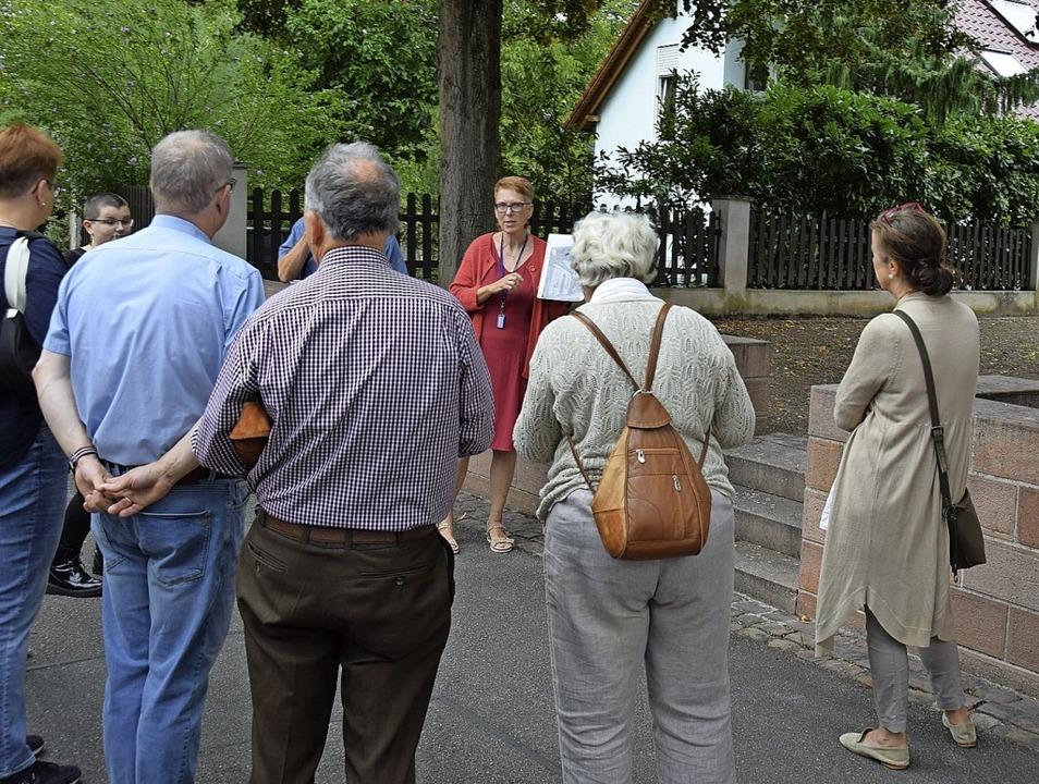 Bildungsreferentin Valeska Wilczek (Mi...d über den Breisacher Synagogenplatz.   | Foto: Kai Kricheldorff