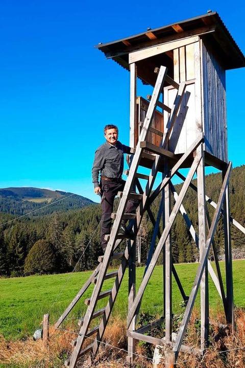 Revierförster Hansjörg Frei auf einem Hochsitz.  | Foto: Forst BW