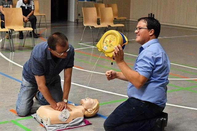 Bei einem Kurs in Steinen wurde der Umgang mit dem Defibrillator gezeigt