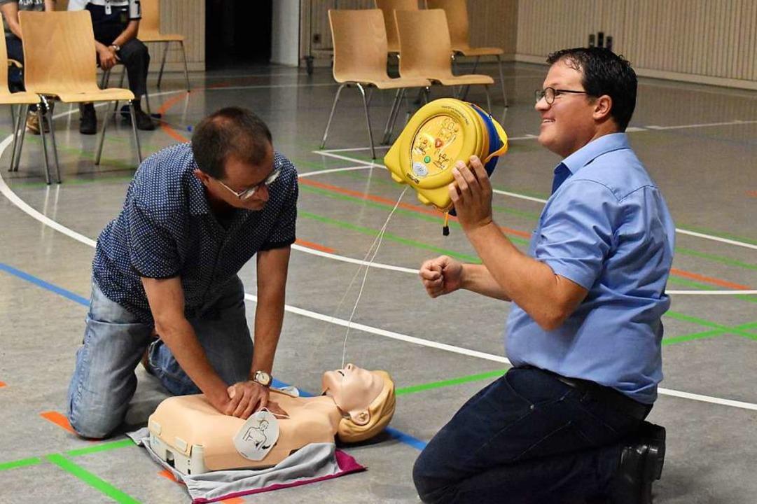 Rettungssanitäter Tim Scheer (rechts) ... anschaulich, humorvoll und kompetent.  | Foto: Thomas Loisl Mink