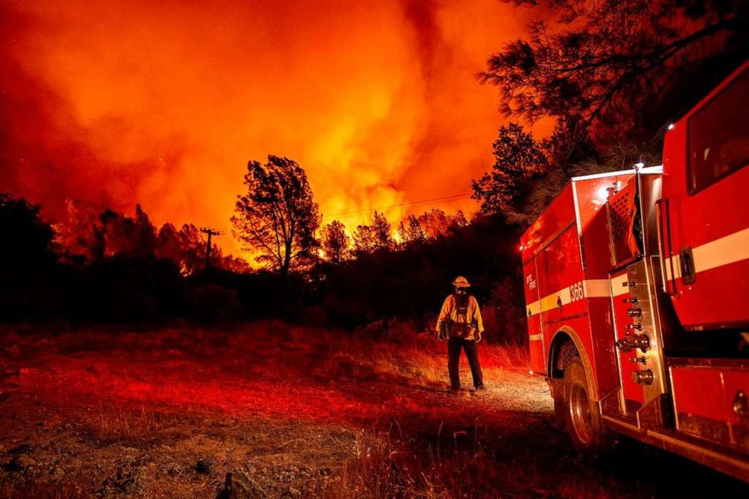 Ein Feuerwehrmann im Einsatz beim &#82...m kalifornischen Oroville am Mittwoch.    Foto: JOSH EDELSON (AFP)