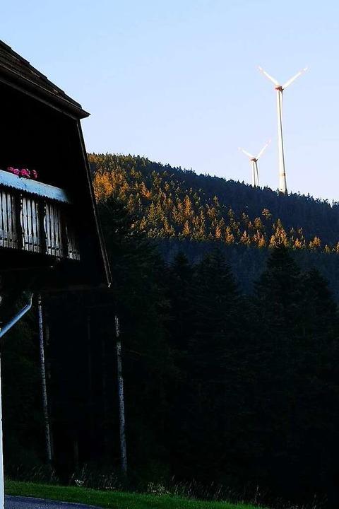 Zwei Windkraftanlagen drehen sich bereits in der Nachbarschaft des Hohenlochen.  | Foto: Ralf Burgmaier