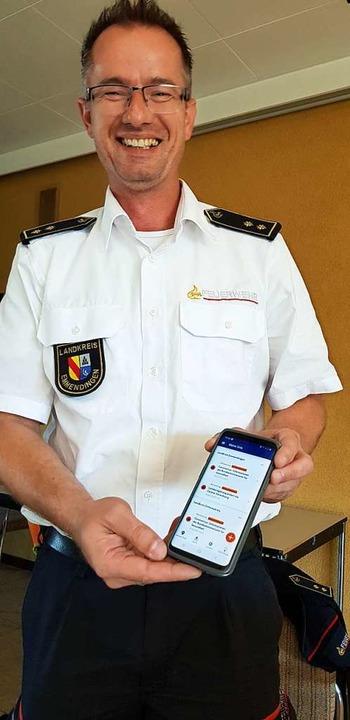 Kreisbrandmeister Christian Leiberich zeigt die neue bundesweite Warn-App NINA.  | Foto: Gerhard Walser