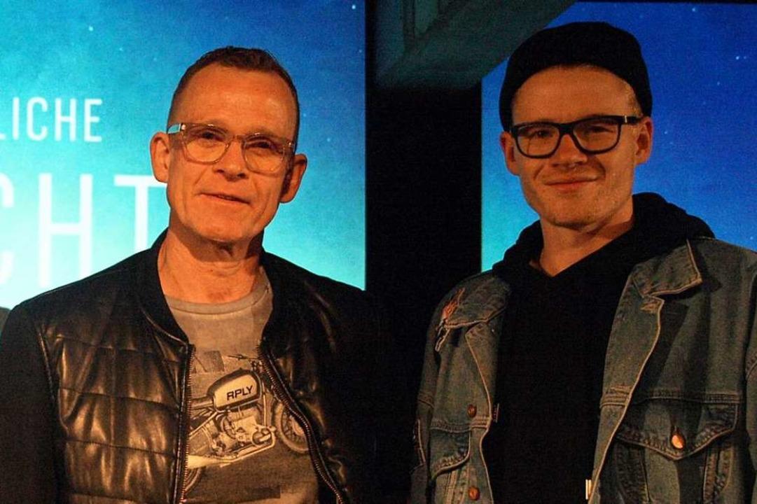 Gottesdienst auf der Bühne: Theo Ehemann und Sohn Benjamin  | Foto: Karin Stöckl-Steinebrunner