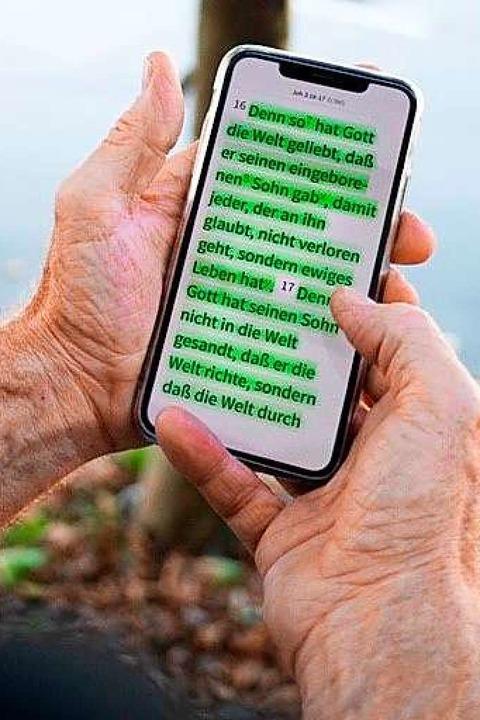 Theo Ehemann liest die Bibel auf dem Handy.  | Foto: Netzwerk 43