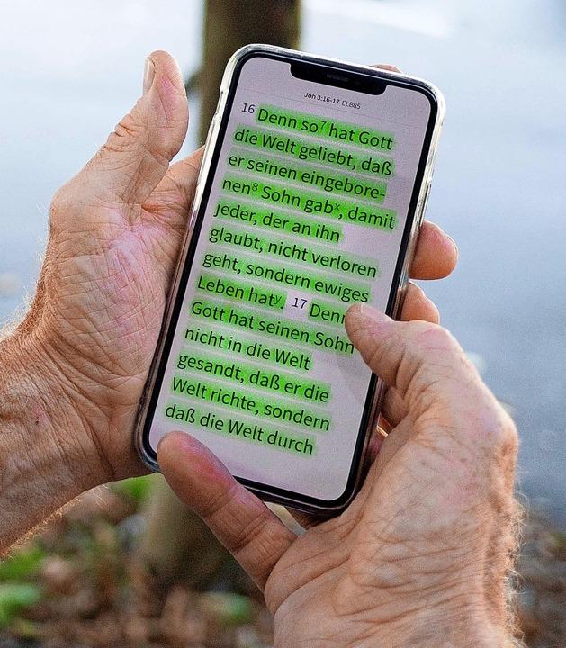 Theo Ehemann liest die Bibel auch elektronisch.    Foto: Netzwerk 43