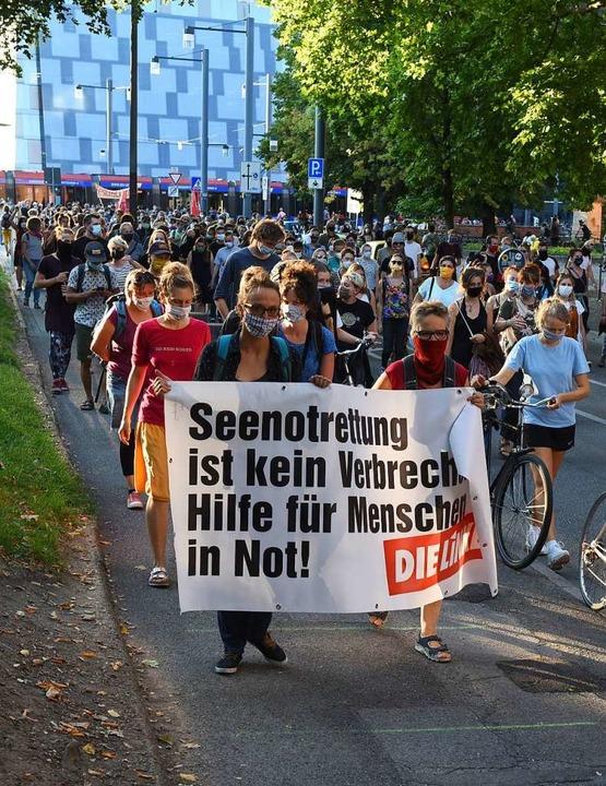 Mehrere Hundert Menschen demonstrierten am Mittwochabend in der Innenstadt.  | Foto: Rita Eggstein