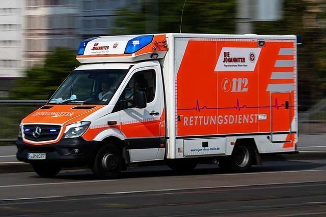 Motorradfahrerin kommt bei Böllen zu Fall und verletzt sich dabei leicht