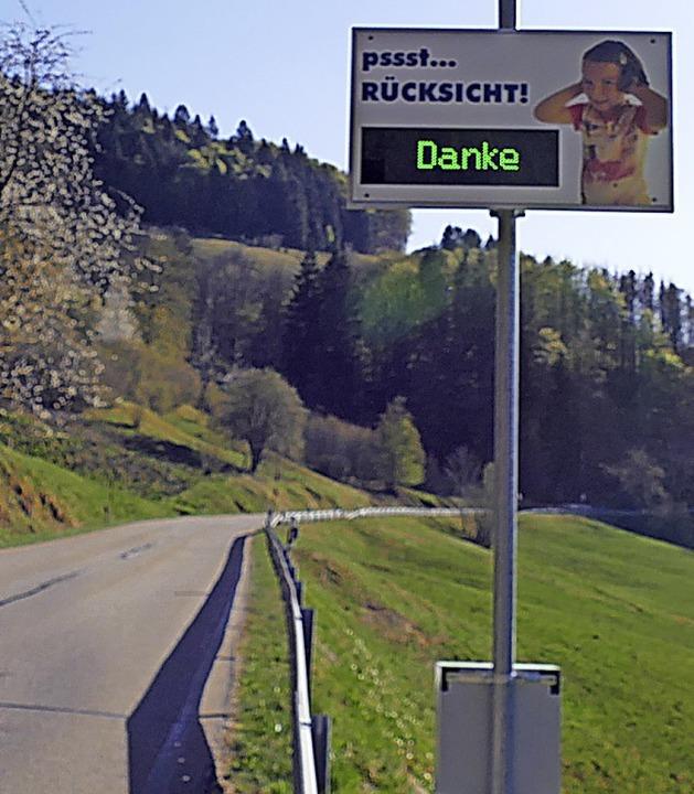 Das Display in Präg misst Tempo und Lautstärke der Fahrzeuge.   | Foto: Susanne Filz