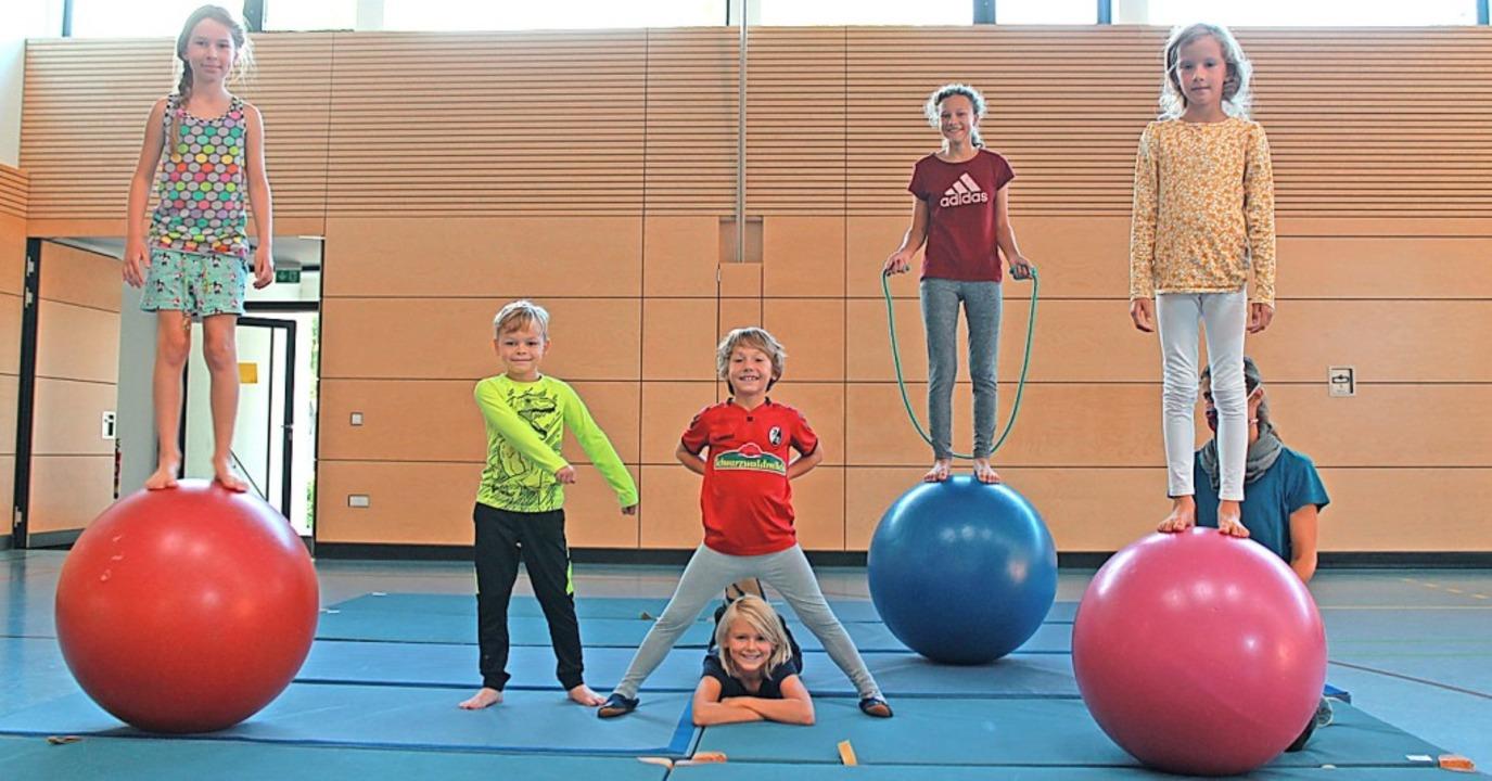 Maya, Luke, Vincent, Niko, Mona und Lia (von links) proben für den Auftritt.  | Foto: Franziska Kiele