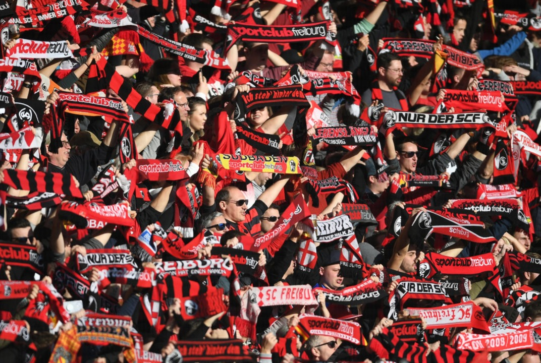 So dicht gedrängt werden die Fans vorerst nicht wieder im Stadion jubeln dürfen.    Foto: Patrick Seeger (dpa)