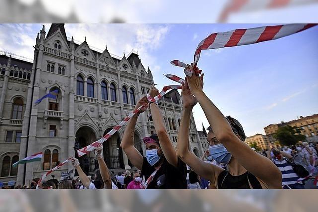 Ein rot-weißes Band steht für Solidarität