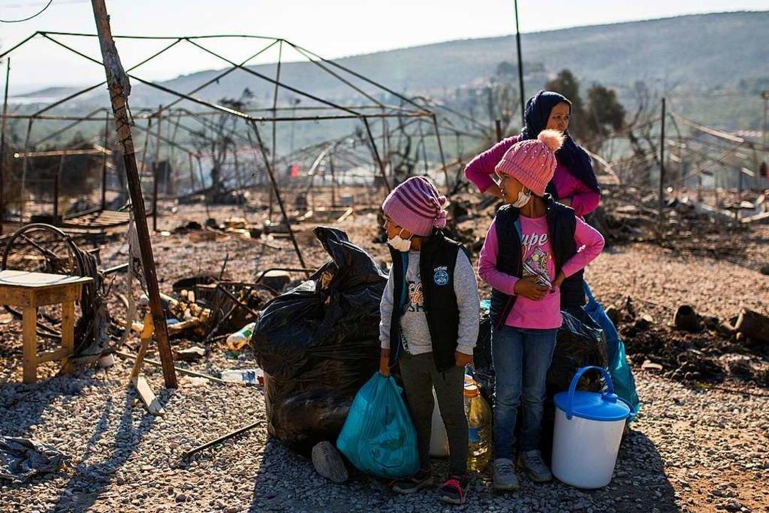 Mehrere Großbrände haben das Flüchtlin...ört. Tausende Menschen sind obdachlos.  | Foto: Socrates Baltagiannis (dpa)